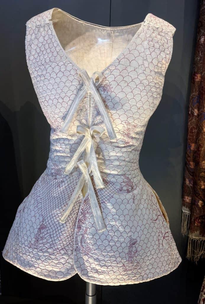 בגד מרופד ורך מן המאה ה-18, מוצג במוזיאון הלאומי של סקוטלנד באדינבורו