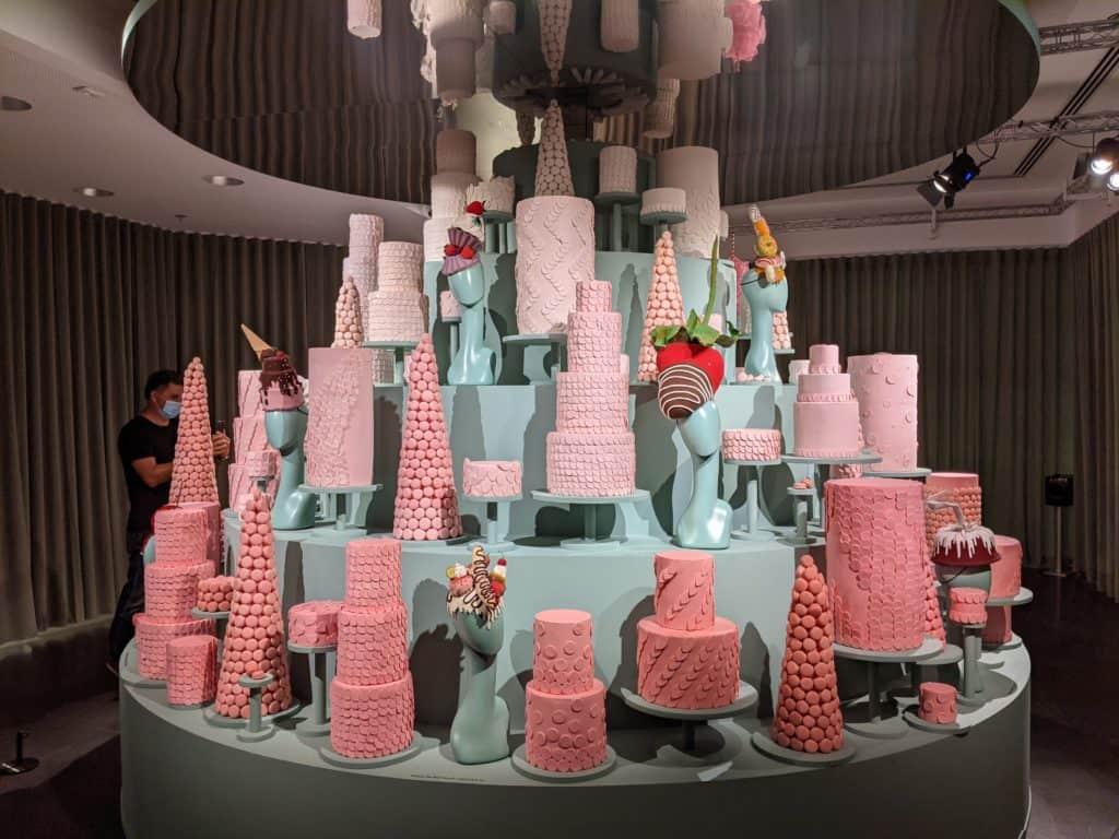 """""""הנשף"""" מוזיאון העיצוב חולון, חדר הקצפת והכובען המטורף"""